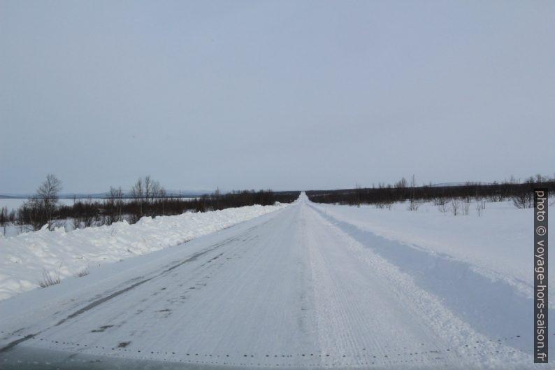 La route E8 rectiligne en Finlande. Photo © Alex Medwedeff