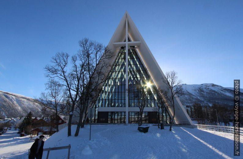 Le soleil passe par le nef de la Cathédrale Arctique de Tromsø. Photo © André M. Winter