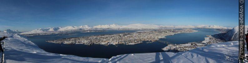 Panorama hivernal de Tromsø du Storsteinen. Photo © André M. Winter