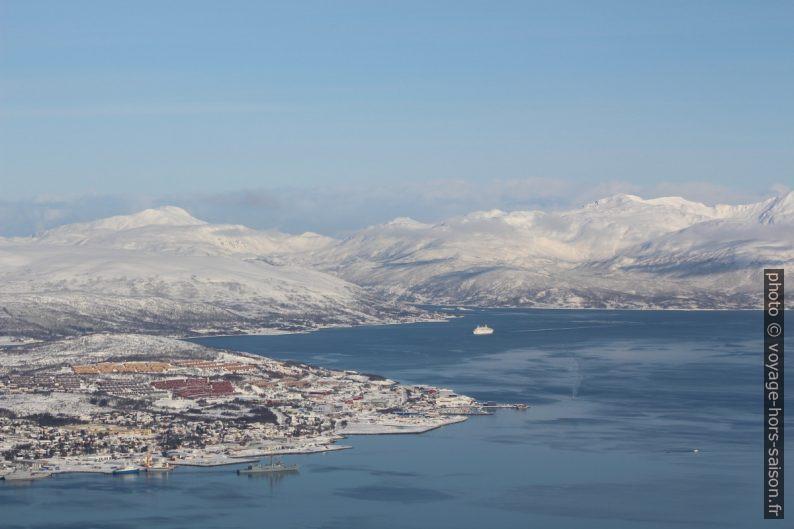 Vu par dessus le nord de l'île de Tromsø. Photo © André M. Winter