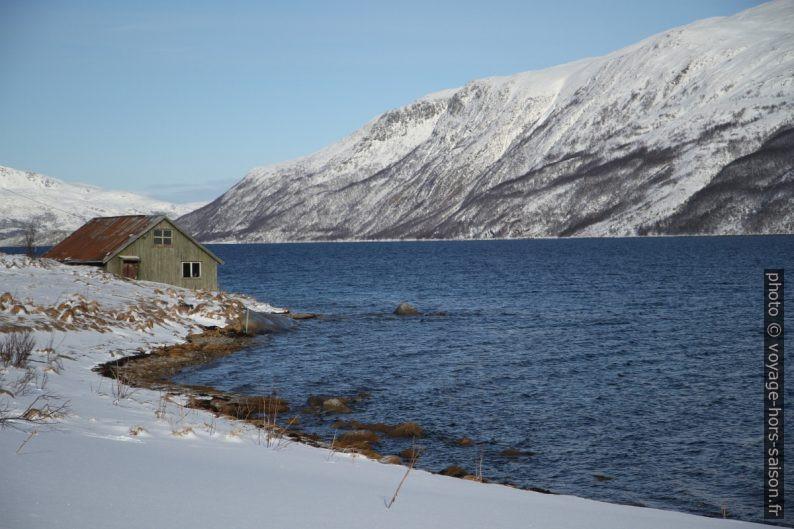 Maison en bord du Kaldfjorden. Photo © Alex Medwedeff