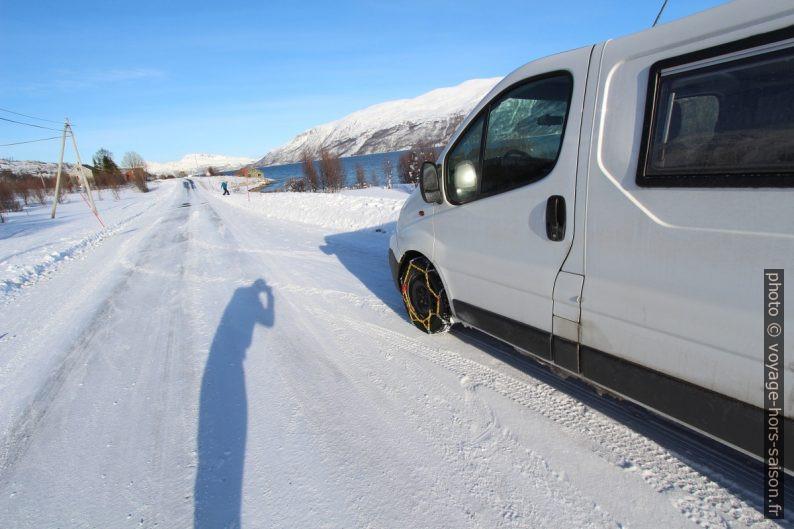 Notre Trafic avec des chaînes sur la route de Kvaløya. Photo © André M. Winter
