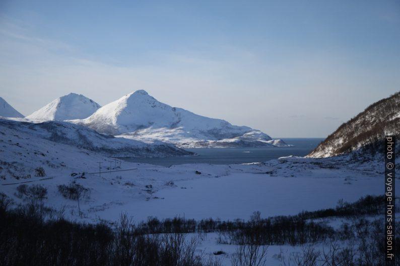 Vue sur Grøtfjorden, Melomtinden et Tromtinden. Photo © Alex Medwedeff