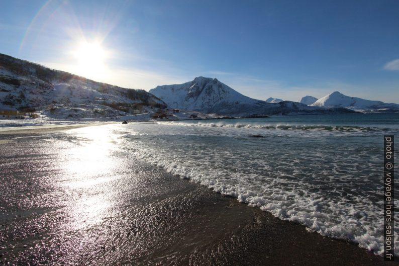 Plage de Grøtfjord et le Ramnberget. Photo © André M. Winter