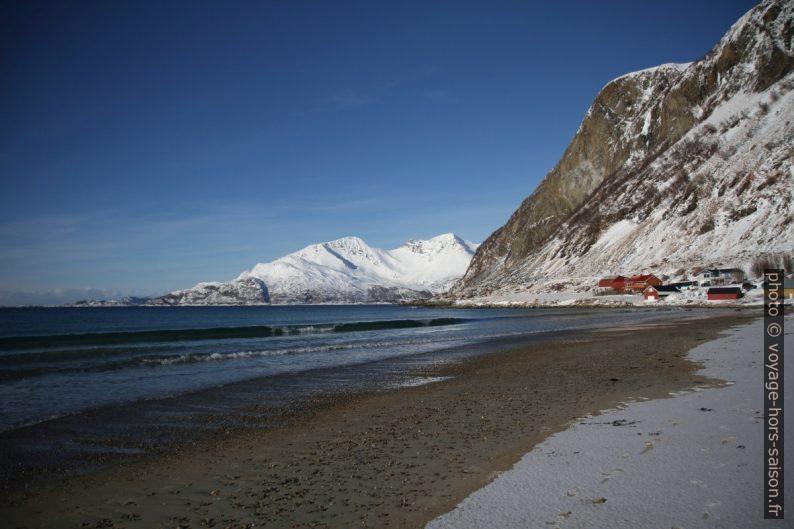 Maisons de Grøtfjord et l'île de Vengsøya au fond. Photo © Alex Medwedeff