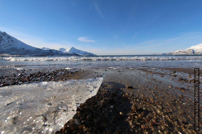 Un bout de glace sur la plage. Photo © André M. Winter
