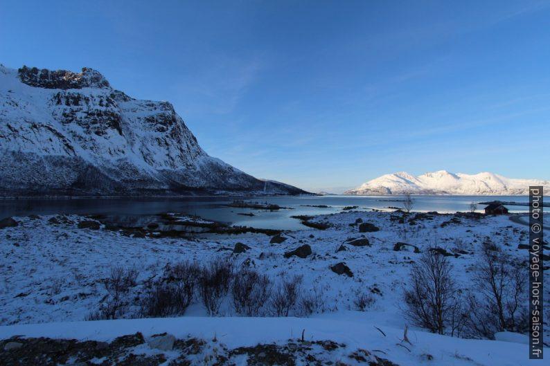 Grøtfjorden après le départ du soleil. Photo © André M. Winter