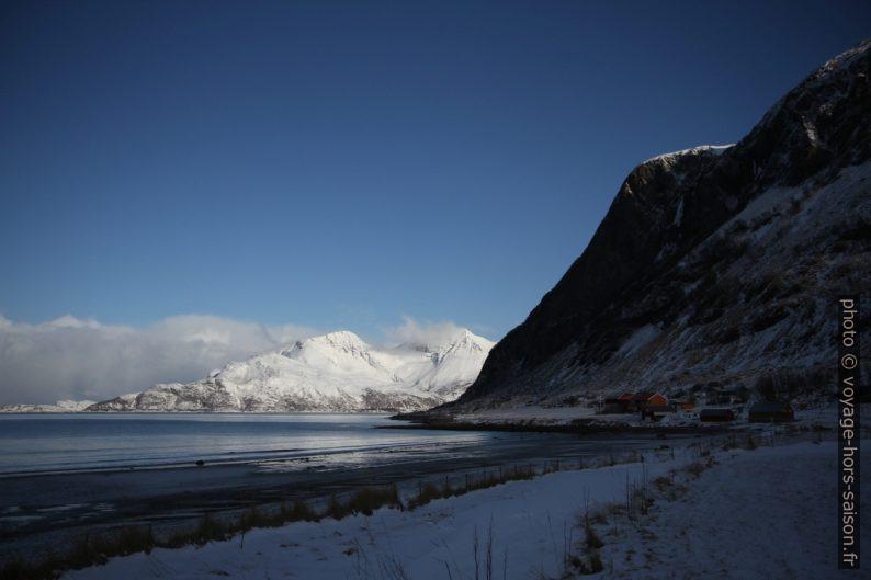 Le Grøtfjord est à l'ombre le matin. Photo © Alex Medwedeff