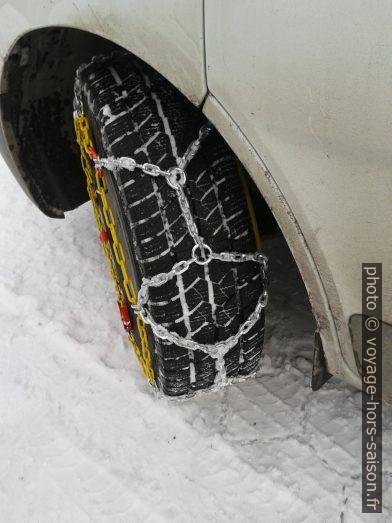 Chaînes-neige camion sur un Renault Trafic. Photo © André M. Winter