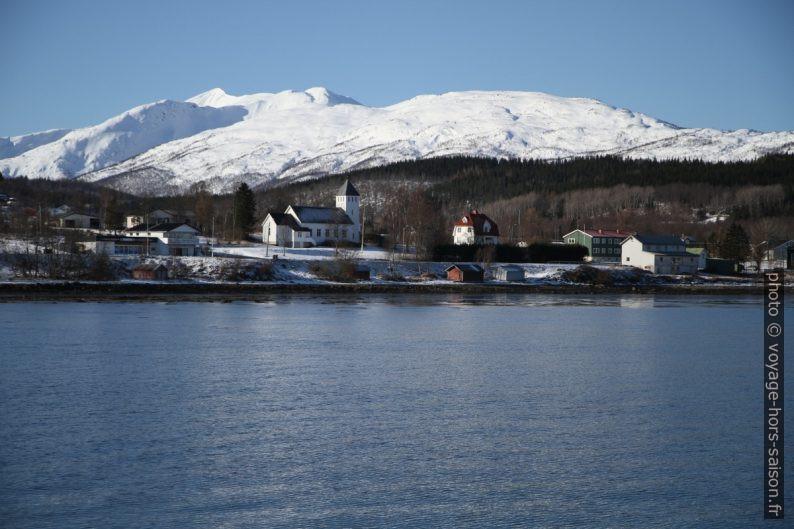Le Vargfjordtinden fait 885 m de haut.
