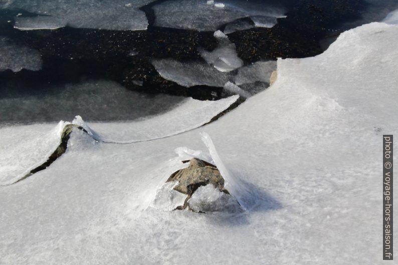 Glace de surface éclatée par les pierres de la jetée