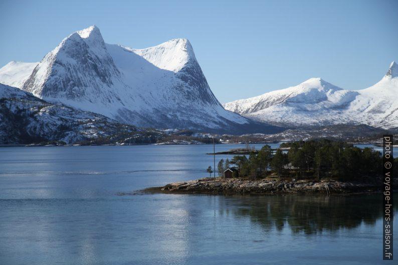 La montagne Stortinden et l'île Vårsetholmen