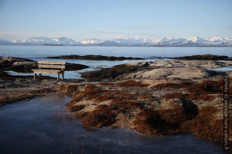 Banc près du phare de Tranøy avec les Îles Lofoten en arrière-plan