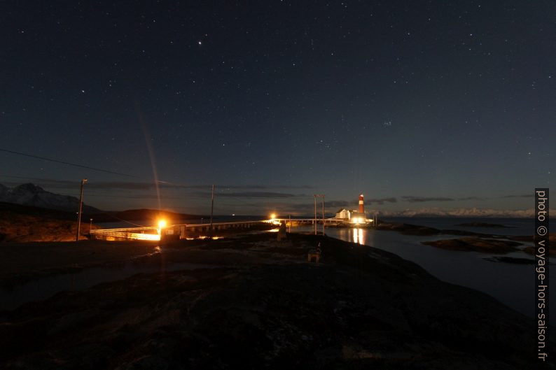 Passerelle et phare de Tranøy photographiés de nuit