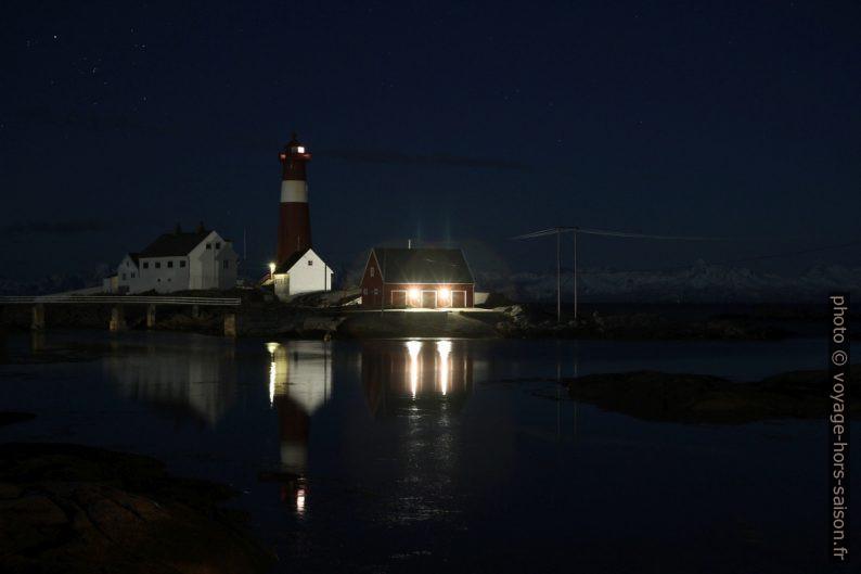 Phare de Tranøy photographié de nuit