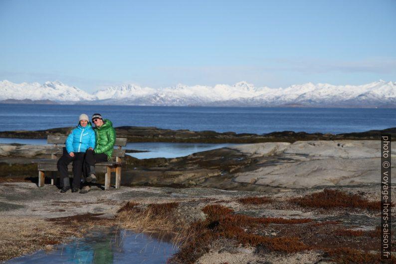Alex et André assis sur le banc de Tranøy avec les Îles Lofoten au fond