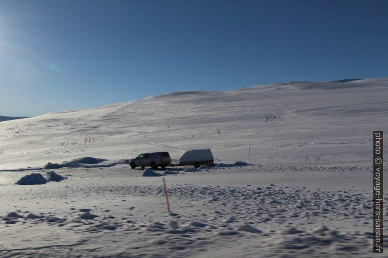 4x4 et remorque pour moto-neige. Photo © André M. Winter