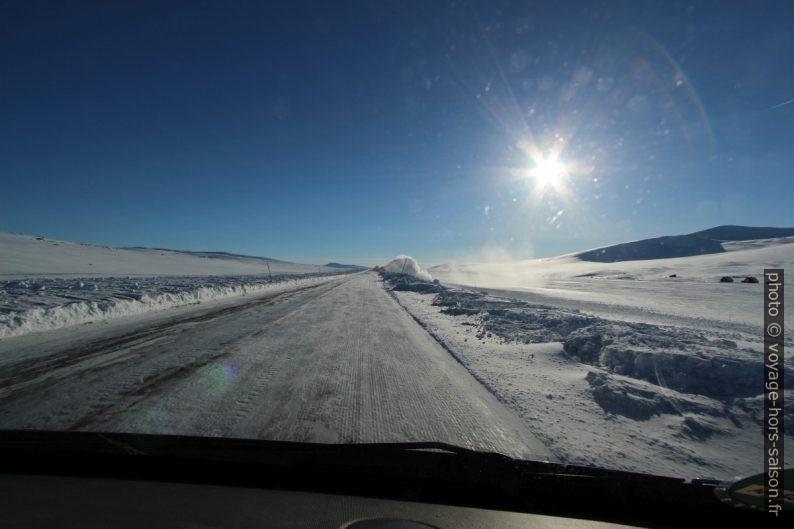 Route E6 bien dégagée mais glacée sur le Saltfjellet. Photo © André M. Winter
