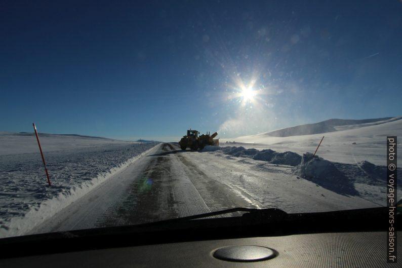 Grande fraise à neige en action sur la route E6. Photo © André M. Winter