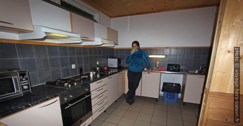 Alex dans la cuisine du camping de Mosjøen. Photo © André M. Winter