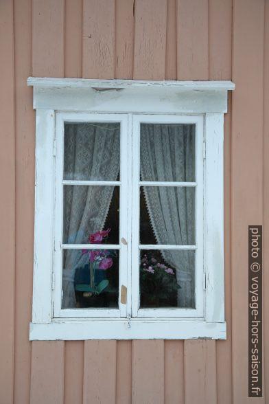 Fenêtre d'une maison rose. Photo © Alex Medwedeff