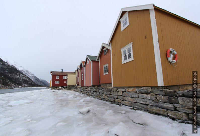 Rangée de maisons en bordure de la Vefsna. Photo © André M. Winter