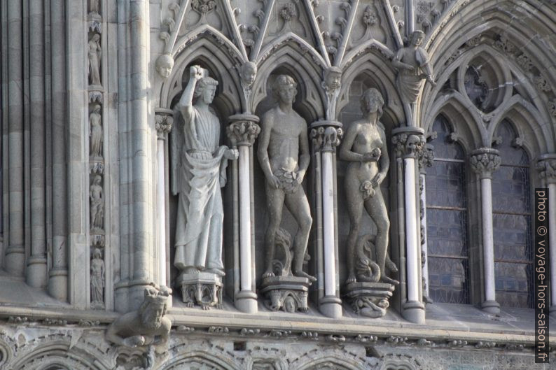 Statues d'Adam et d'Eve sur la cathédrale de Nidaros. Photo © André M. Winter