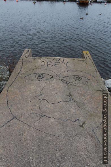 Graffiti en goudron OBEY. Photo © André M. Winter