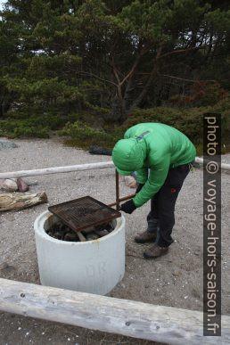 André inspecte un barbecue public. Photo © Alex Medwedeff