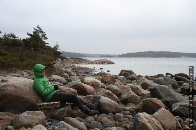 André allongé sur les rochers. Photo © Alex Medwedeff