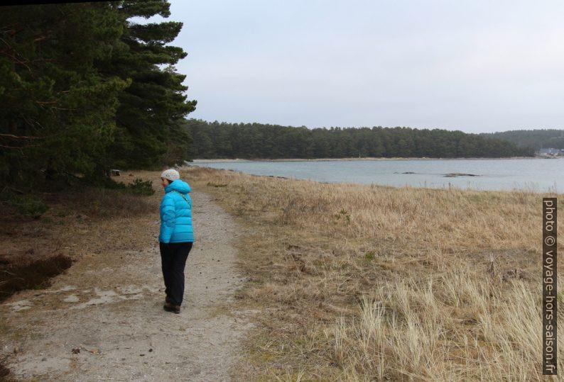 Alex sur le chemin côtier de la baie Hasslebukten. Photo © André M. Winter