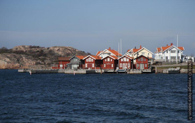 Maisons de pêche rouges et habitations blanches à Fjällbacka. Photo © Alex Medwedeff