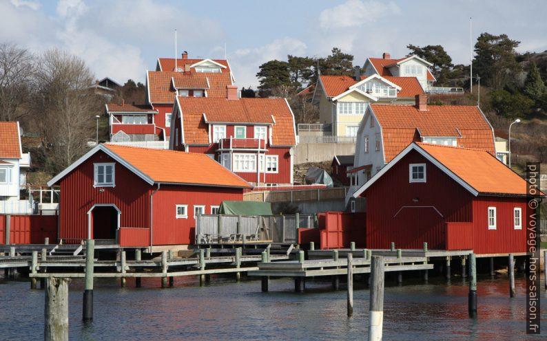 Maisons de pêche rouges et habitations à Fjällbacka. Photo © Alex Medwedeff