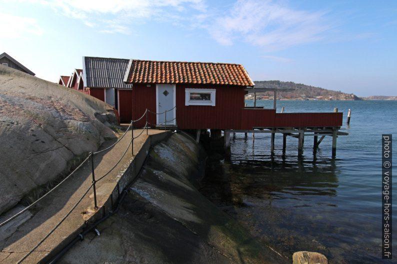 Maisons de pêcheurs accolés aux rochers arrondis. Photo © André M. Winter