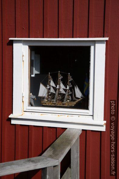 Navire modèle dans une fenêtre de maison de pêcheur. Photo © Alex Medwedeff