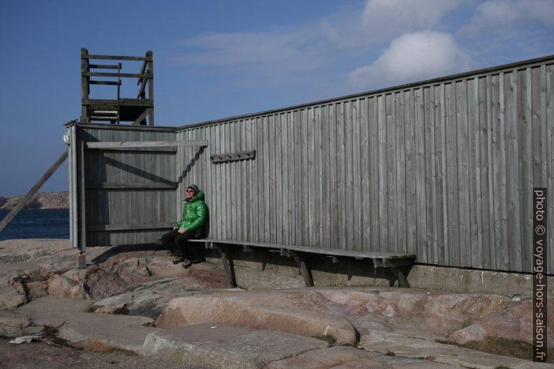 André sur la Badholmen de Fjällbacka. Photo © Alex Medwedeff