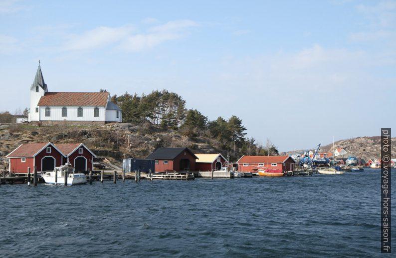 Église sur l'île de Hamburgö et maisons de pêche du Hamburgsund. Photo © Alex Medwedeff
