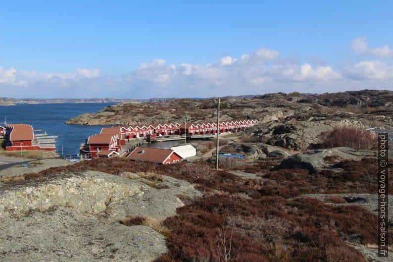 Cabanes uniformes du Småbåtshamn dans la Kalskevikekile. Photo © André M. Winter