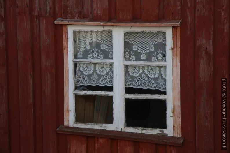 Vieille fenêtre dans une vieille maison en bois. Photo © Alex Medwedeff