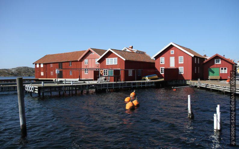 Hangars et maisons de pêcheurs rouges au bord de l'eau. Photo © Alex Medwedeff