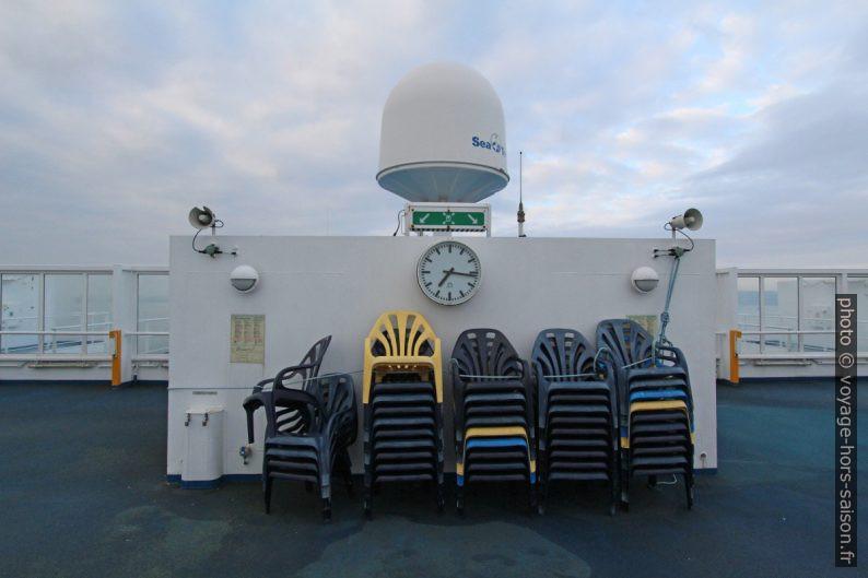 Chaises rangées sur le pont supérieur public en hiver. Photo © André M. Winter