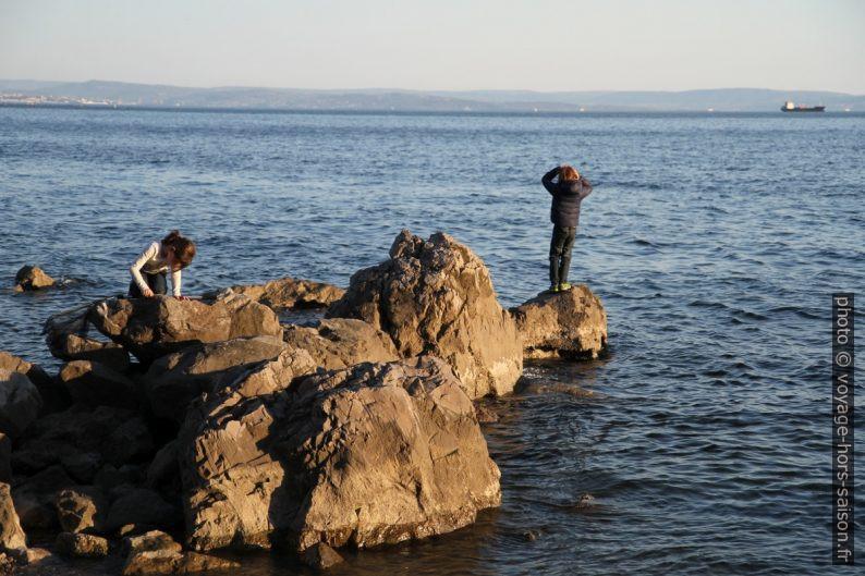 Des filles grimpent sur les rochers. Photo © Alex Medwedeff