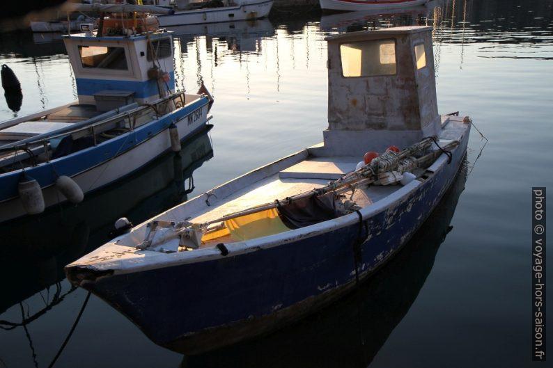 Bateaux de pèche très minces dans le port de Sistiana. Photo © Alex Medwedeff