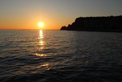 Château de Duino et la côte rocheuse lors du coucher du soleil. Photo © André M. Winter