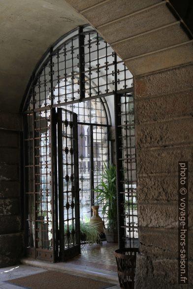 Porte en fer forgé du Château de Duino. Photo © Alex Medwedeff