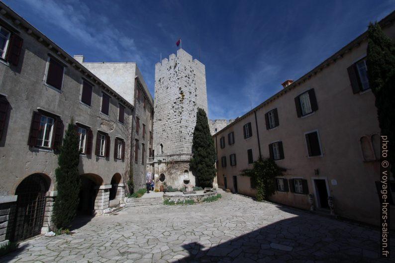 Cour et tour fortifiée de Duino. Photo © André M. Winter