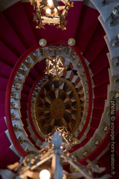 Vue vers le bas dans l'escalier oval palladien du Château de Duino. Photo © Alex Medwedeff