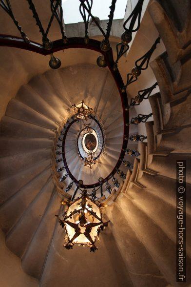 Vue vers le haut dans l'escalier circulaire palladien du Château de Duino. Photo © André M. Winter