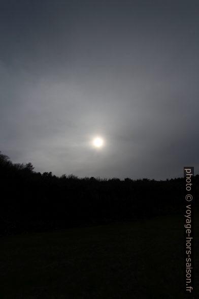 Une brume épaisse couvre progressivement le ciel l'après-midi. Photo © André M. Winter