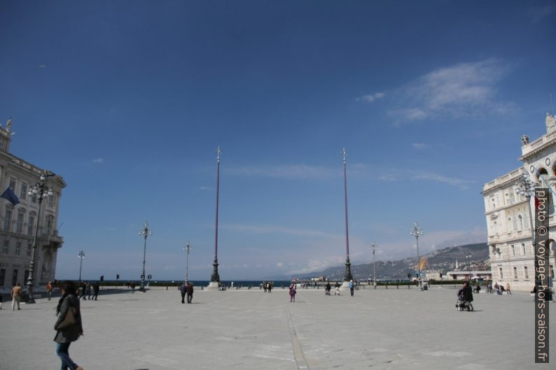 Mâts de drapeau de la Piazza Unità d'Italia. Photo © Alex Medwedeff